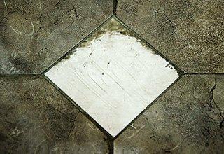 грязь на плитке